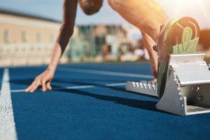 Løper gjør seg klar på startblokken